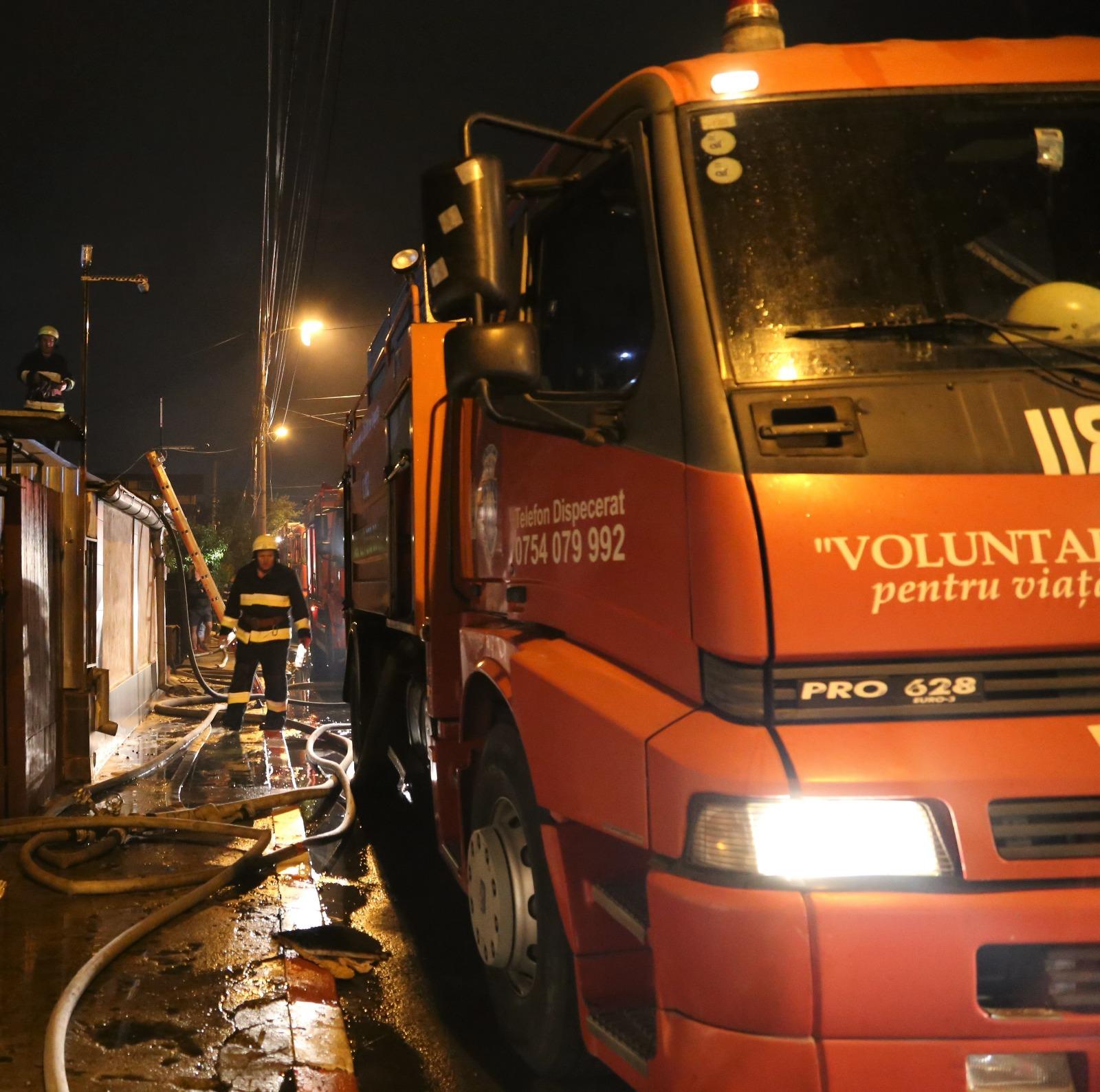 Incendiu violent în apropiere de Bucureşti: O persoană a fost transportată la spital   FOTO, VIDEO