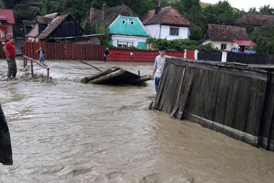 Imaginea articolului ALERTĂ Mai multe persoane surprinse de viitură în judeţul Alba; intervin aproape 100 de pompieri/ Imagini dramatice cu inundaţiile din zonă. Un drum naţional este blocat