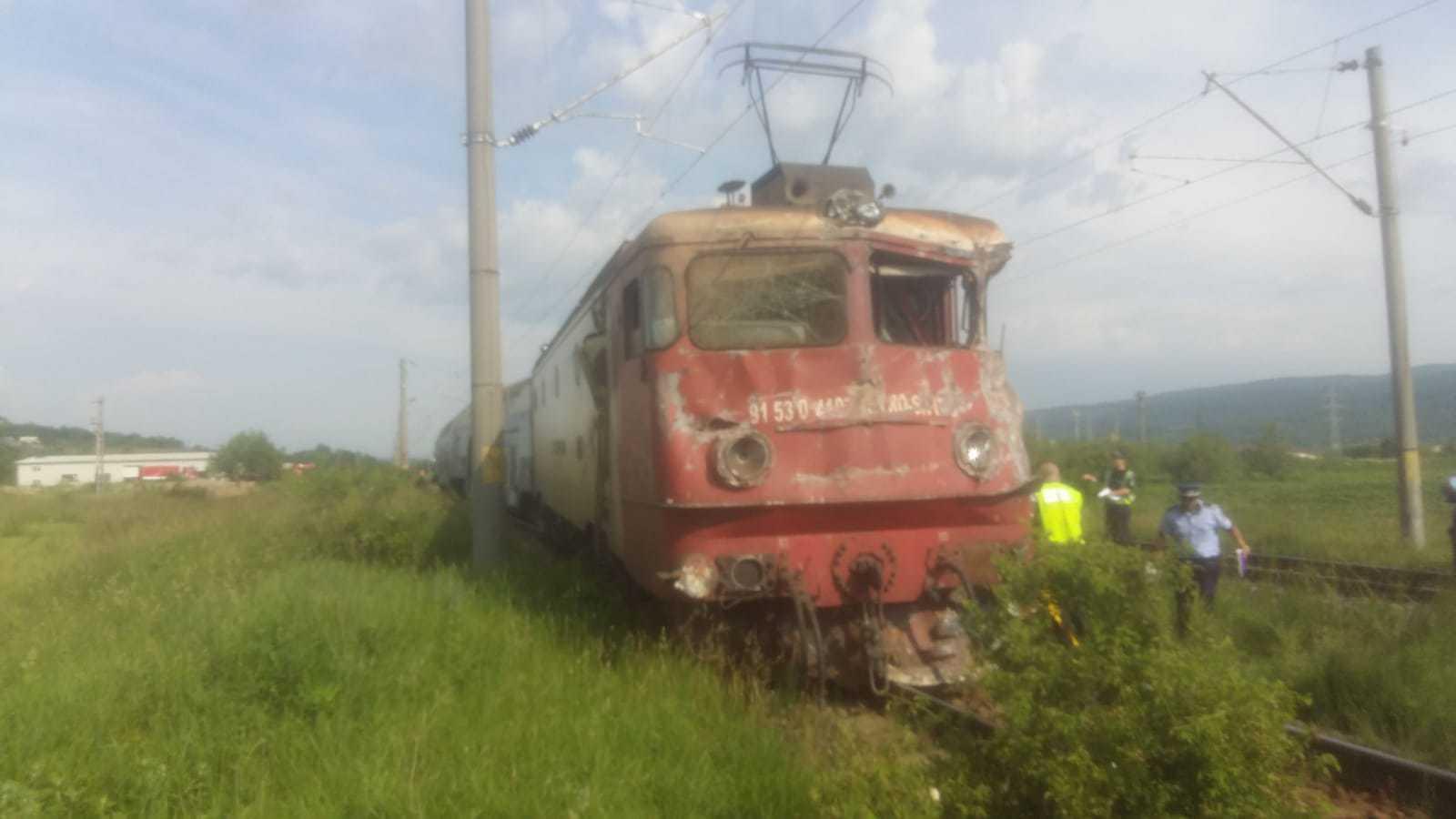 ACCIDENT pe calea ferată: Locomotiva şi un vagon al unui tren de persoane au deraiat, după ce trenul a lovit un camion | FOTO, VIDEO