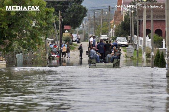 Imaginea articolului Inundaţii în Teleorman. Trafic îngreunat în Drăgăneşti Vlaşca, unde un drum este acoperit cu ape