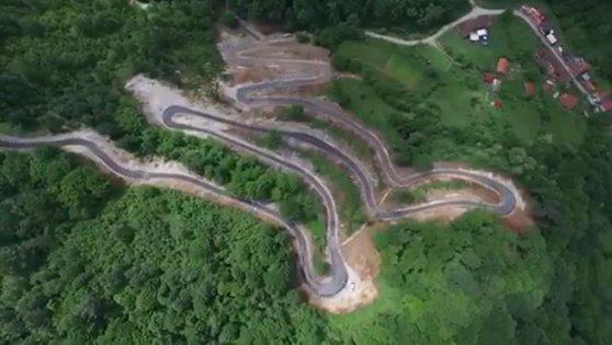 Imaginea articolului Drumul spectaculos, recent inaugurat, care poate concura cu Transalpina sau Transfăgărăşan. Şoseaua a fost săpată în munte | VIDEO