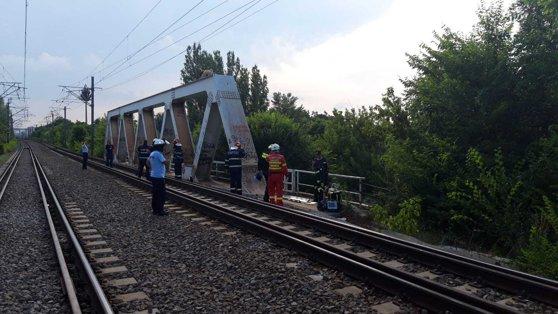Imaginea articolului Podul groazei din Bucureşti. Salvatorii aşteaptă decuplarea curentului, după ce o persoană a fost electrocutată - FOTO