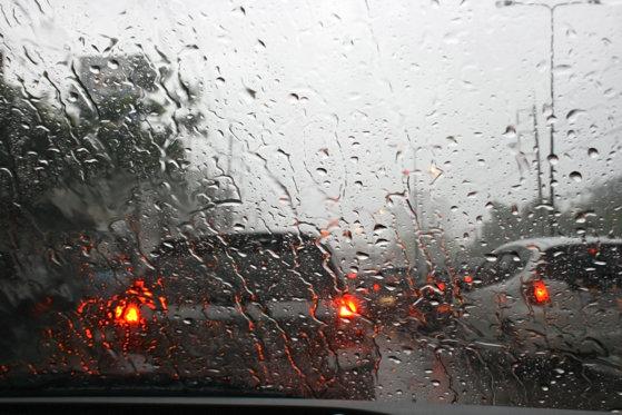 Imaginea articolului ALERTĂ Risc de acvaplanare şi vizibilitate redusă pe Autostrada A2, unde plouă torenţial
