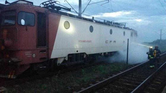 Imaginea articolului Incident grav. Peste 200 de călători evacuaţi din trenul Bucureşti-Timişoara, după un incendiu la locomotivă | FOTO