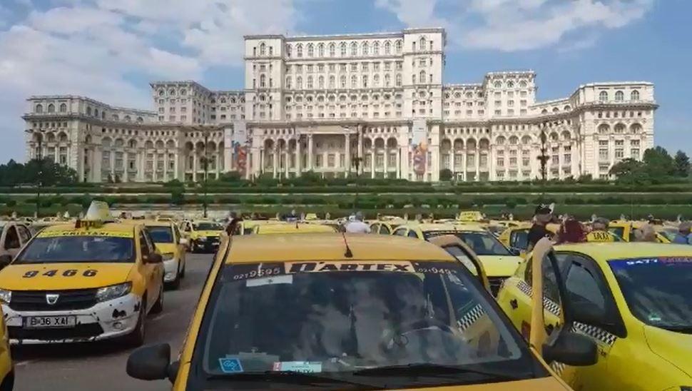 """Protestul taximetriştilor au blocat astăzi Capitala. Transportatorii ies în stradă, în ziua moţiunii de cenzură, faţă de proiectul de lege pentru """"ridesharing""""/ Câţi taximetrişti s-a adunat în Piaţa Constituţiei"""