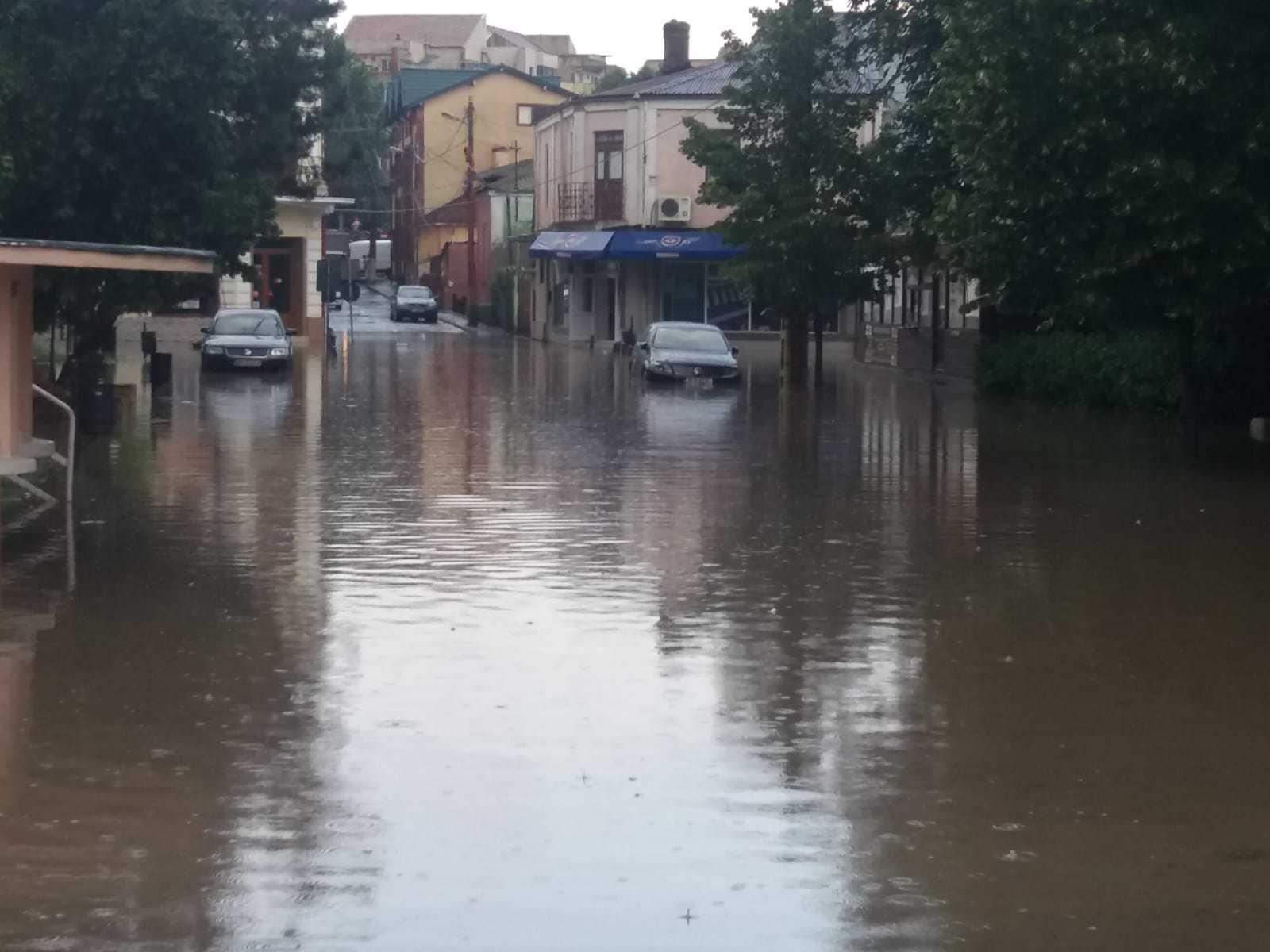 O ploaie torenţială de câteva zeci de minute a făcut ravagii în Constanţa: Străzi şi magazine inundate/ Mai multe maşini, sub apă | FOTO, VIDEO
