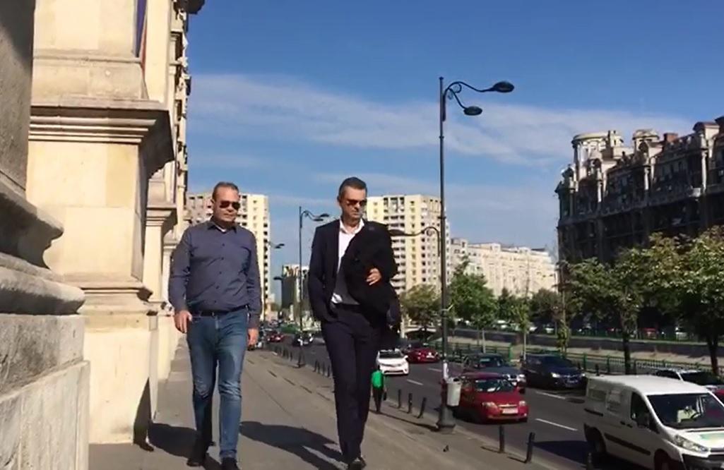 Darius Vâlcov, la Curtea de Apel Bucureşti unde contestă controlul judiciar: Ştiţi cu toţii care e adevărul/ Avocat: Are contract de muncă în Bucureşti, în mediul privat. Fapta nu e infracţiune
