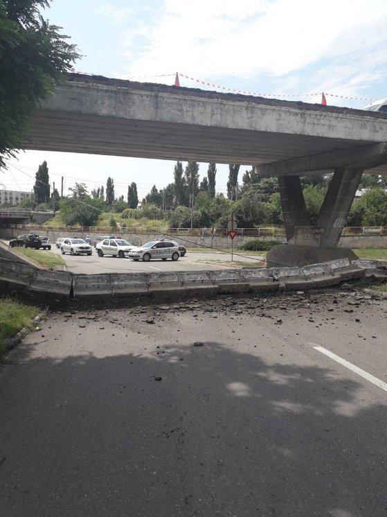 Imaginea articolului Balustrada unui pod s-a prăbuşit peste şosea, la ieşirea din Buzău spre Brăila. Construcţia, expertizată anul trecut