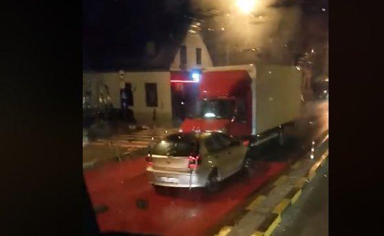 Imaginea articolului Imagini incredibile: Accident produs în Braşov de un şofer beat, filmat când conduce pe contrasens   FOTO, VIDEO