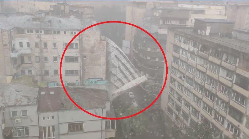 Efectele codului GALBEN de ploi în Bucureşti: Schele PRĂBUŞITE, panou publicitar desprins şi copaci căzuţi pe maşini | VIDEO, FOTO