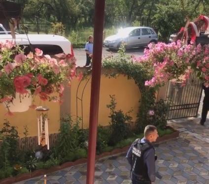 Imaginea articolului Asistenta maternală care a avut grijă de fetiţa luată din casă de mascaţi, la Baia de Aramă, spune că nu a refuzat adopţia