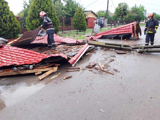 Imaginea articolului Furtuna a făcut ravagii în judeţul Constanţa: Acoperişul unei şcoli, smuls de vânt   GALERIE FOTO