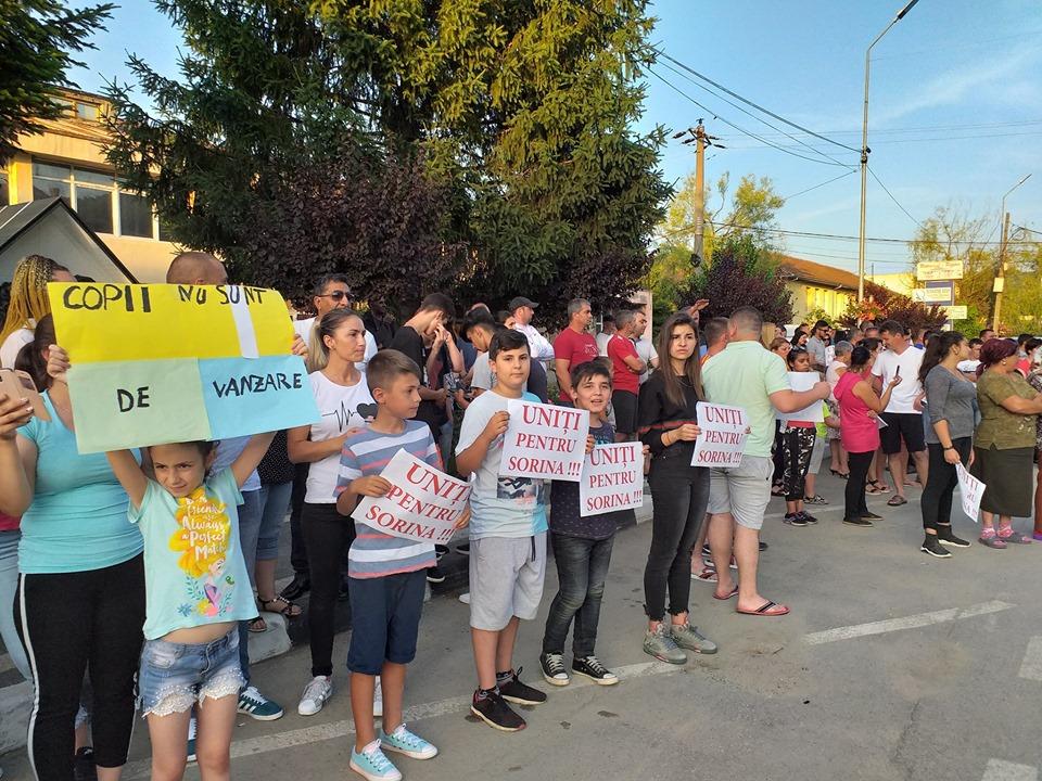Protest în faţa Parchetului de pe lângă Curtea de Apel Craiova: Oamenii cer anularea adopţiei fetiţei din Mehedinţi/ Familia adoptivă publică noi imagini cu micuţa de 8 ani pentru a arăta că este bine / Poliţia face noi precizări: Doi agenţi, atenţionaţi pentru o situaţie din luna mai   FOTO, VIDEO