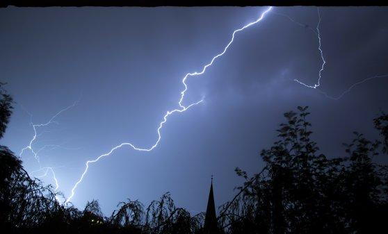 Imaginea articolului Cod roşu de ploi torenţiale, grindină şi vânt puternic în Bacău şi Neamţ
