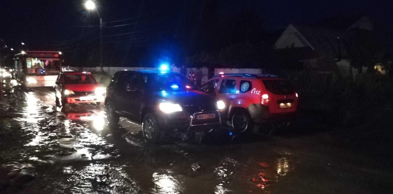 Mai multe locuinţe şi curţi inundate în Vaslui şi Bacău, în urma ploilor torenţiale | VIDEO, FOTO