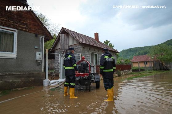 Imaginea articolului Inundaţii în Mehedinţi: Mai multe persoane au fost evacuate din locuinţe şi maşini/ Podeţe luate de ape şi trafic feroviar blocat