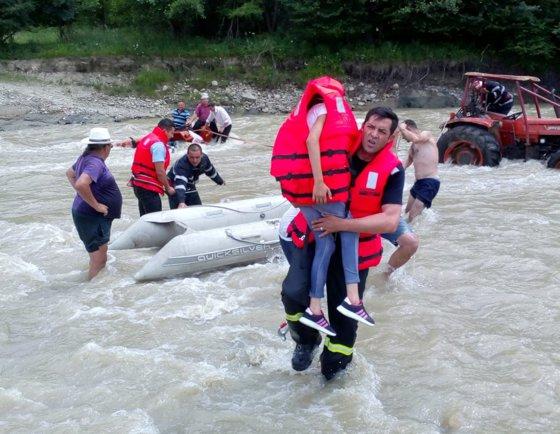 Imaginea articolului Tractor cu 5 persoane, împotmolit în albia unui râu din Vrancea | FOTO