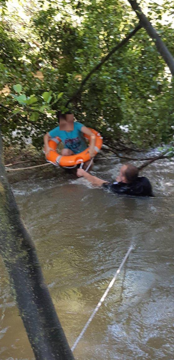 Imaginea articolului Intervenţie contracronometru în Alba: Doi copii surprinşi de ape pe malul unui râu | FOTO