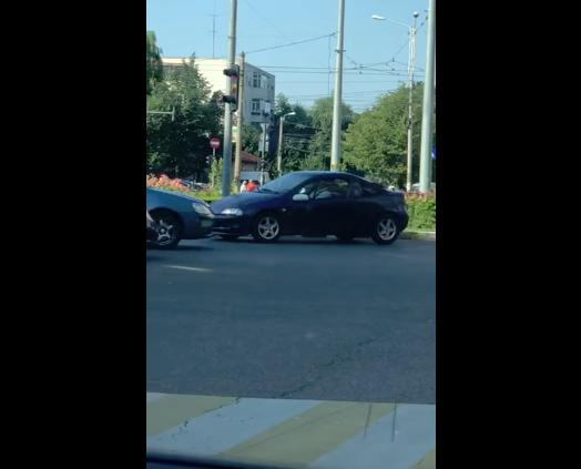 Imaginea articolului Şofer filmat când merge pe contrasens, într-un sens giratoriu din centrul Ploieştiului | VIDEO