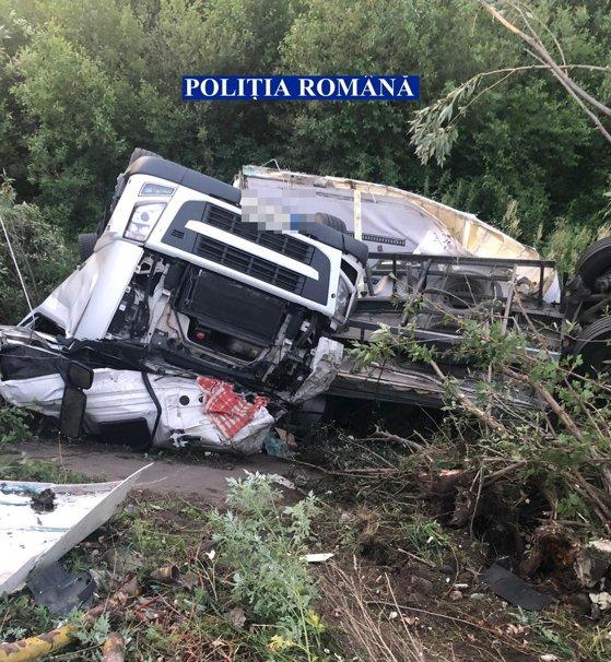 Imaginea articolului Ciocolată, în albia unui râu, după ce un camion a rămas fără frâne şi a plonjat în apă   FOTO