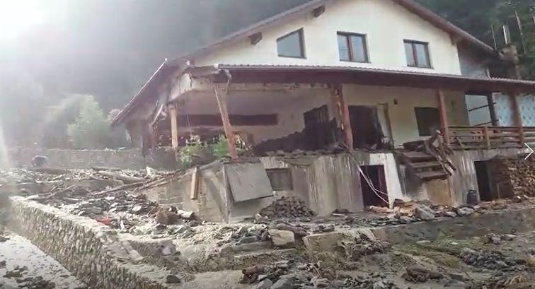 Imaginile DEZASTRULUI, după viitura din Rucăr: Case distruse şi maşini avariate | VIDEO