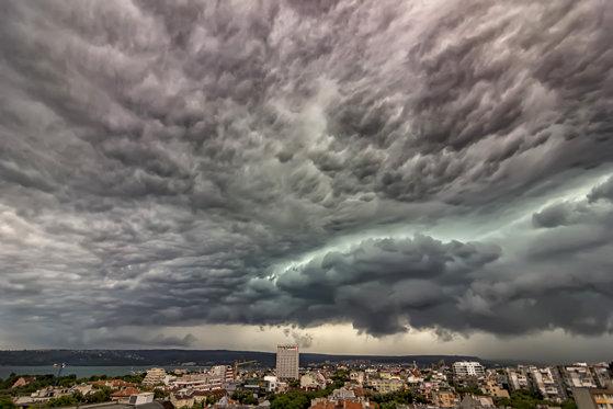 Imaginea articolului Informare METEO: Alertă de vijelii, descărcări electrice şi grindină în aproape toată ţara. Ploi până luni seara