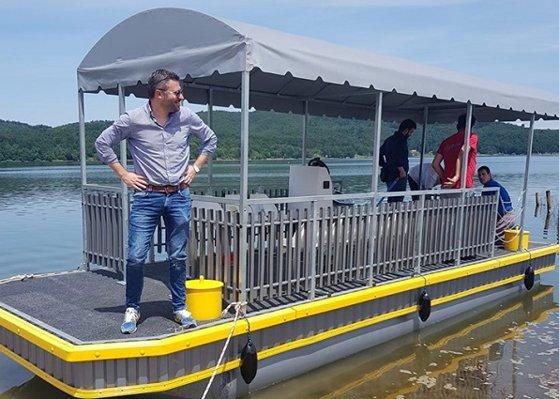 Imaginea articolului Ambarcaţiune ca un ponton plutitor în loc de catamaran, pe un lac din Timiş