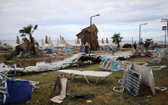 Imaginea articolului Tragedia din Grecia. Bărbatul care şi-a pierdut soţia şi fiul de 8 ani în urma furtunii din Halkidiki, adus la UPU Cluj   FOTO