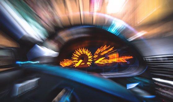 A intrat cu maşina pe o terasă şi s-a oprit în vitrina unui restaurant, după ce a încurcat pedala de frână cu cea de acceleraţie