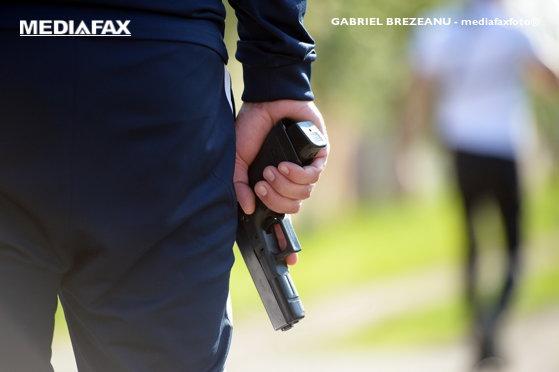 Dosar de contrabandă: Arme şi sute de proiectile, ridicate de poliţişti de la un pensionar din Ploieşti