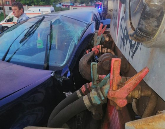 Imaginea articolului Accident feroviar: Două persoane rănite după ce maşina în care se aflau a fost lovită de tren