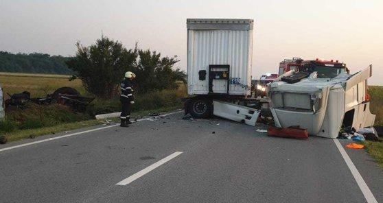 Imaginea articolului Accident grav în Mehedinţi: Două persoane au murit în urma impactului dintre un tir şi un tractor/ Trafic blocat pe DN56   FOTO