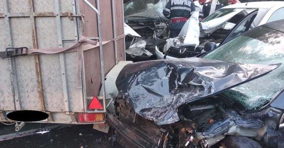 Imaginea articolului Accident mortal în Arad: O persoană şi-a pierdut viaţa, iar alte două au fost rănite, după coliziunea dintre un microbuz de marfă şi două maşini | FOTO