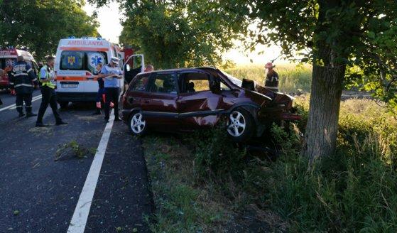 Imaginea articolului Accident cumplit în Constanţa: Un mort şi doi răniţi, după ce maşina în care se aflau a lovit un copac
