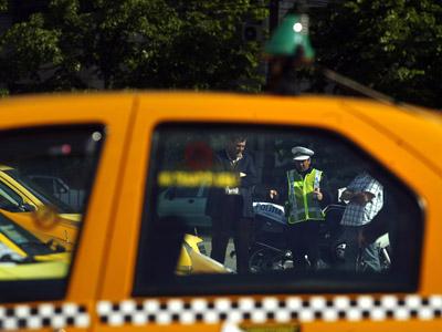 Imaginea articolului Mobilizare în Alexandria. Mai mulţi taximetrişti au predat poliţiei un bărbat, bănuit că hărţuieşte femei şi copii