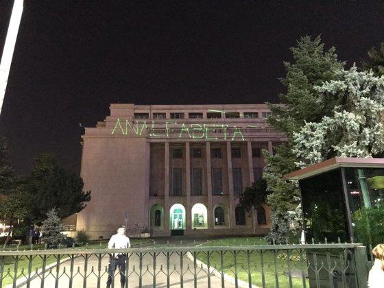 Imaginea articolului Ce mesaj a proiectat protestatarul #rezist Dide pe clădirea Guvernului la protestul din 10 august