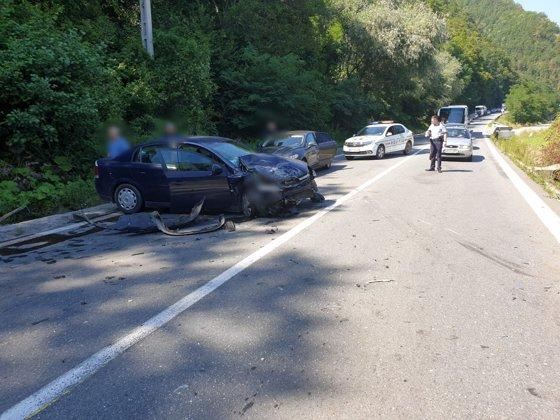 Imaginea articolului Accident GRAV pe Valea Oltului: Un vehicul s-a izbit într-un MICROBUZ de călători. UPDATE Bilanţul victimelor/ Primele IMAGINI
