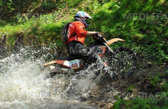 Imaginea articolului Motoclistul rătăcit în pădure şi deshidratat a fost găsit