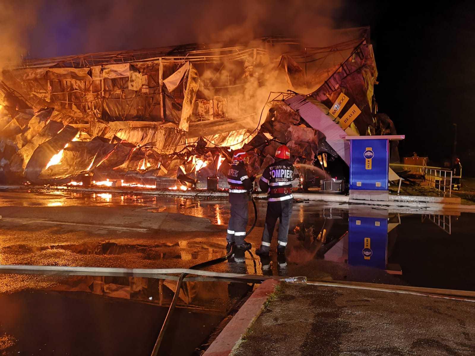 Incendiu violent la unul dintre cele mai cunoscute cluburi din Mamaia. Focul a fost lichidat după aproape patru ore | FOTO, VIDEO