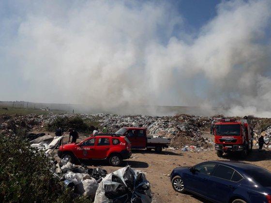 Imaginea articolului Incendiul de la depozitului din Buzău: Pompierii intervin de 13 ore pentru stingerea focului. Sunt lichidate ultimele focare