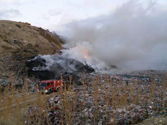 Imaginea articolului Incendiul de la groapa de gunoi din Caracal: Pompierii intervin cu apă şi spumă. Focul este răspândit de vânt
