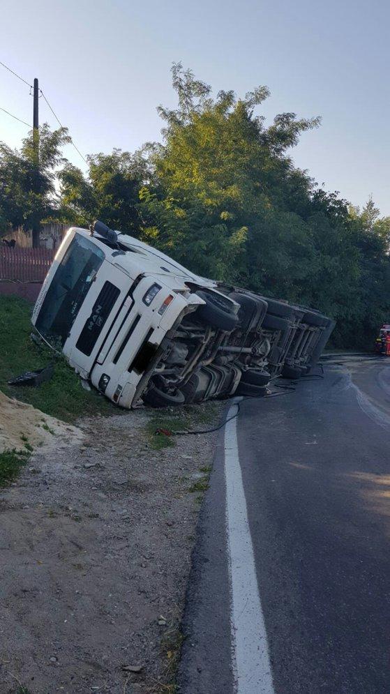 Imaginea articolului Trafic restricţionat în Prahova, pe DN 1A. TIR în şanţ, după ce şoferul nu a adaptat viteza în curbă