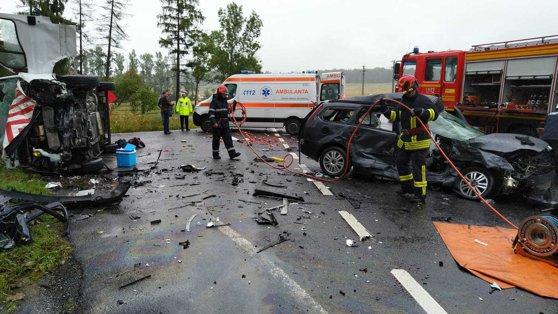 Imaginea articolului Accident GRAV: Cinci răniţi după ce o autoutilitară şi un autoturism s-au ciocnit