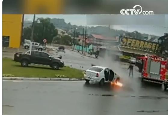 Imaginea articolului Să fii la locul potrivit, în momentul potrivit: Un Renault Logan a luat foc lângă un camion de pompieri - VIDEO