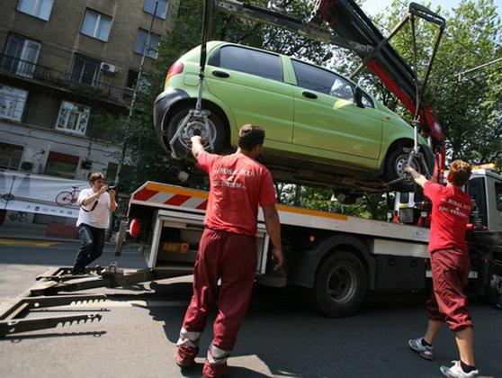 Imaginea articolului Numerele de telefon la care poţi suna să-ţi recuperezi maşina ridicată în Bucureşti. Tarifele şi locurile unde sunt depozitate