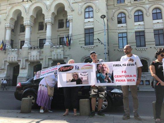 Imaginea articolului Protest cu pancarte împotriva Gabrielei Firea şi a Companiilor Municipale, la Primăria Capitalei / FOTO