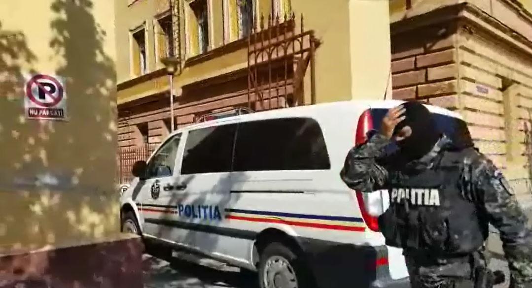 Zeci de percheziţii în Bucureşti şi 3 judeţe, la angajaţii RAR care înmatriculau peste rând maşini/ Cum se dădeau şpăgile în scrumieră