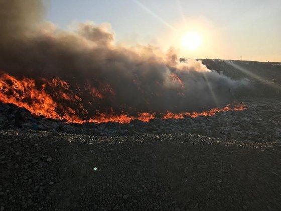 Imaginea articolului Incendiu la o groapă de gunoi din Botoşani, nestins după 15 ore | FOTO