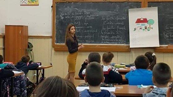 Imaginea articolului O tânără de 10 la BAC a ajuns să predea la şcoala unde a învăţat. A făcut naveta timp de patru ani pentru a-şi împlini visul | FOTO