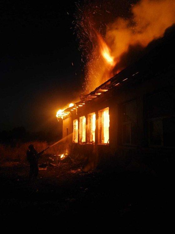 Intervenţie de urgenţă în Argeş: Un incendiu a izbucnit în clădirea unei şcoli dezafectate | FOTO
